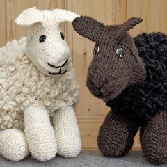 Neuleohje neulottu lasten pehmolelu Väinö-lammas